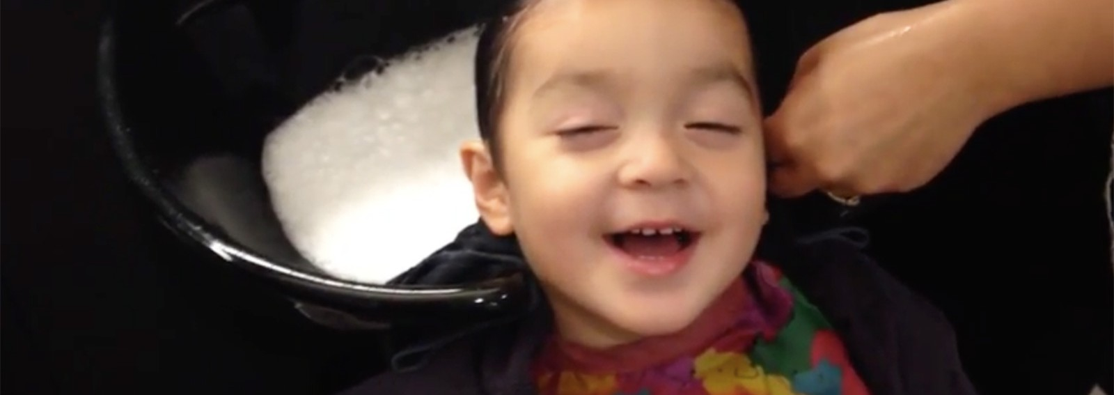 Adorable kid has the best reaction to salon hair wash