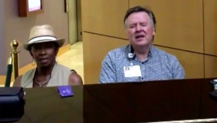 Stranger joins pastor for heartwarming duet at Texas hospital