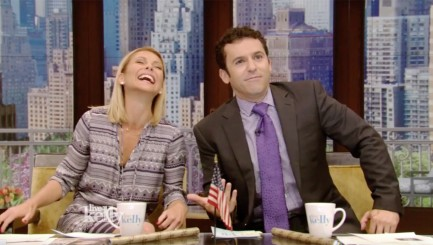 Kelly Ripa can't stop giggling over Fred Savage's unconventional method of keeping cool