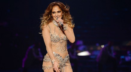Jennifer Lopez goes braless in sexy dress