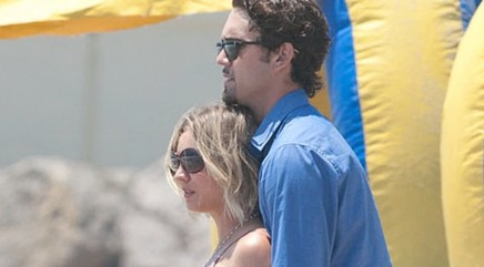'Big Bang Theory' star gets cozy with hubby