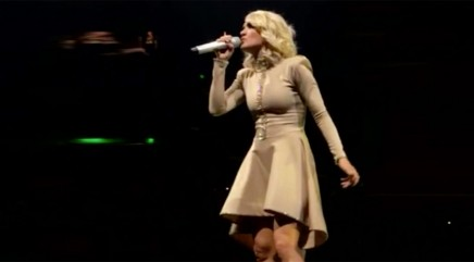 Internet goes wild over seemingly ordinary photo of Carrie Underwood