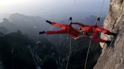 Dancers wow tourists with incredible stunt on cliff