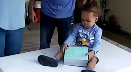 Toddler adorably helps dad pull off ultimate surprise for mom