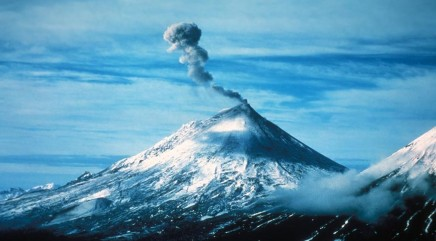 Ash cloud rises 20,000 feet over Mount Pavlof after new eruption