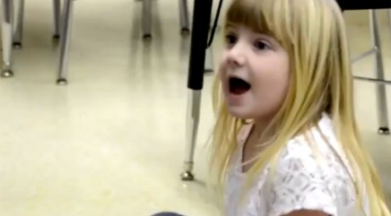 Surprise visitor leaves little girl totally speechless